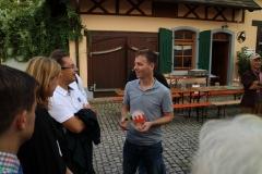 Il presidente della società tedesca Muckenschopf Ralf Braun riceve il gagliardetto della TTFortunae